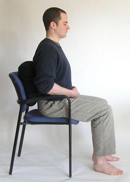 man mediteert op een stoel