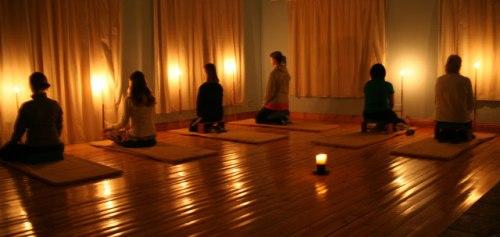 mensen doen kaars mediatie oefening voor beginners