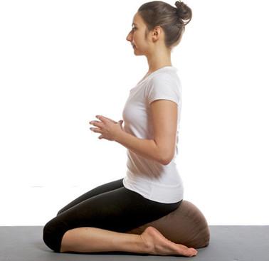 vrouw mediteert op haar knieën