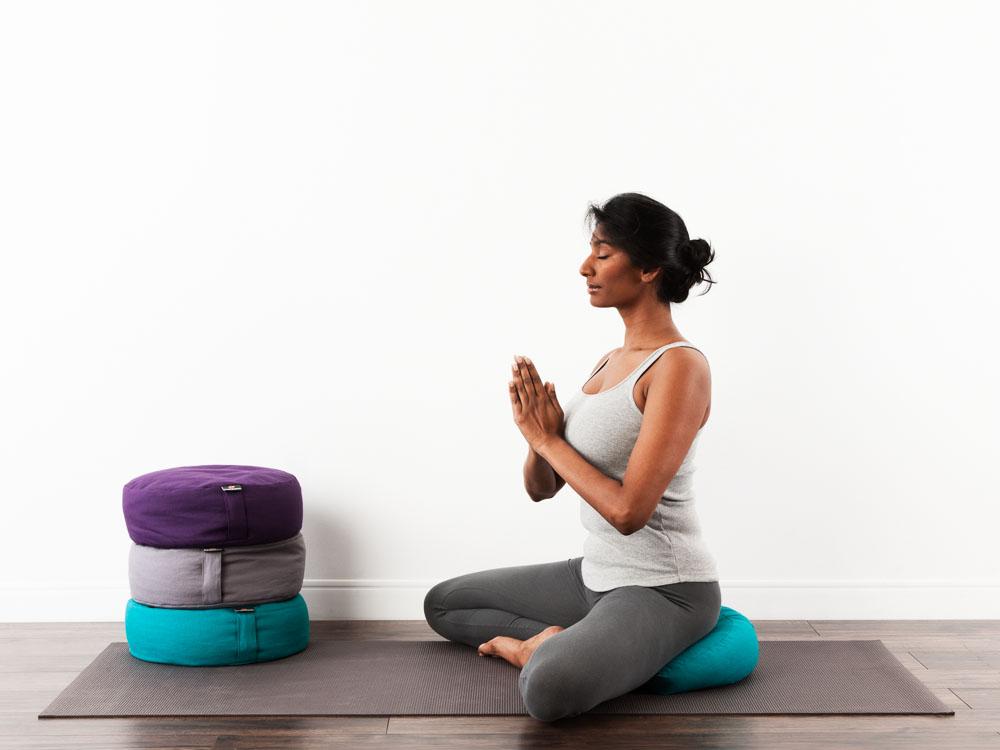 vrouw mvrouw mediteert op meditatie kussenediteert op meditatie kussen
