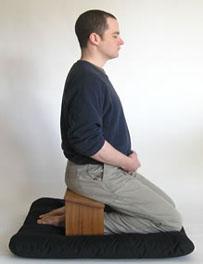 man met een meditatie bank