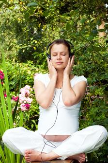 vrouw mediteert op muziek