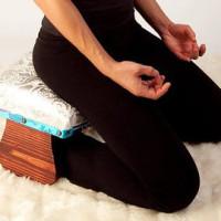 vrouw met een meditatie bankje