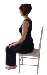 zittend mediteren op een stoel